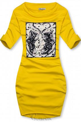 Sárga színű ruha tornacipő motívummal