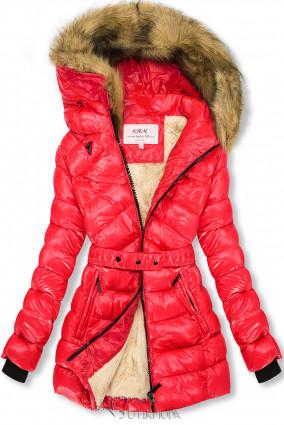 Piros és bézs színű fényes kabát övvel