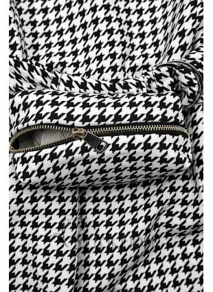 Fekete és fehér színű ruha övtáskával